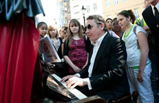 Sing London Street Pianos – Jools Holland